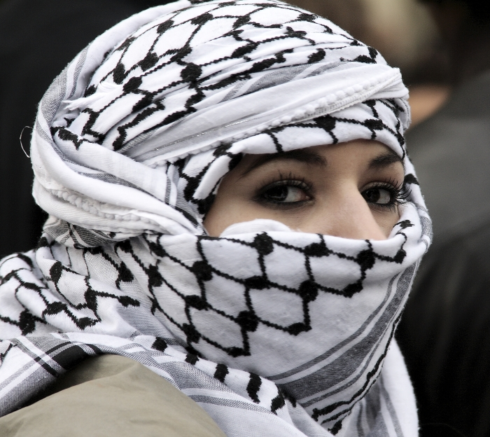 Woman_wearing_Keffiyeh